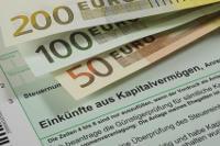 Abbildung von Geldscheinen und einem Formblatt